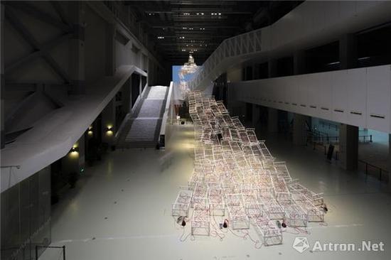 盐田千春作品《生命之川》以高达22米的装置横跨PSA一至二楼,用空无一物的床意指身体的缺席和生命的流逝。