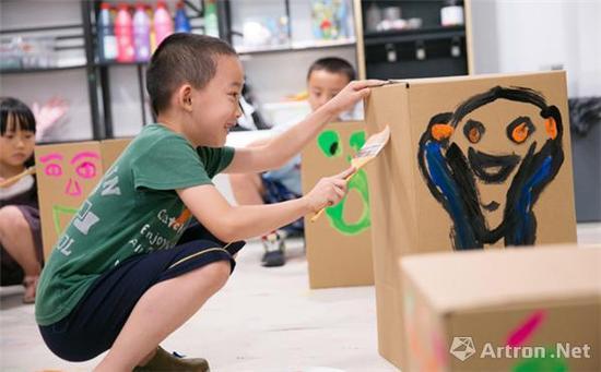 """""""艺术不是被教育出来的,应该让孩子们更多的自己去感受和沉浸于其中。""""张琍莉如是谈到。"""