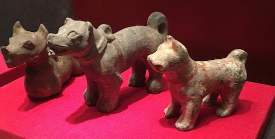 汉代陶狗三只细瘦而骨质嶙峋的猎犬形象在一些汉代的画像砖上也有狗的痕迹。