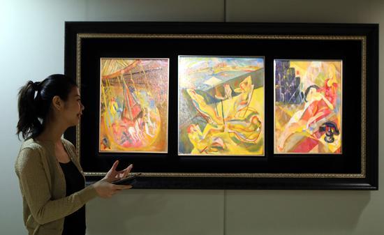 保利香港专家在预展上介绍焦点拍品——旅美华人、现代艺术家朱沅芷1932年于纽约现代美术馆参展的三联作《旋转木马;日光浴者;及现代公寓》 摄影:李鹏